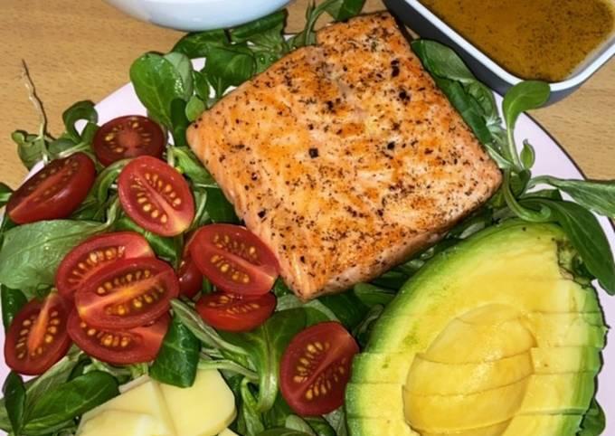 Cá hồi áp chảo + salad